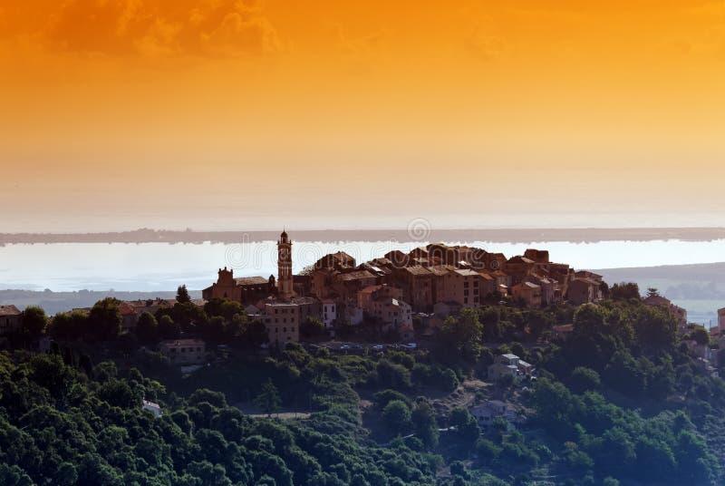 Borgo by i Korsika fotografering för bildbyråer
