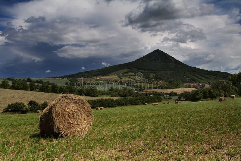 Borgtocht van hooi op heuvel stock afbeelding