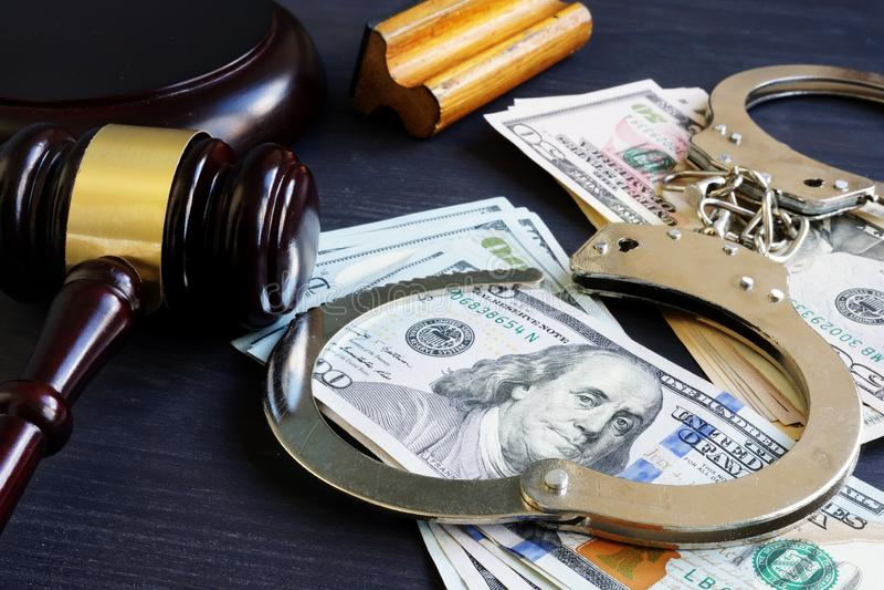 Borgtochtband corruptie Hamer, handcuffs en geld royalty-vrije stock fotografie