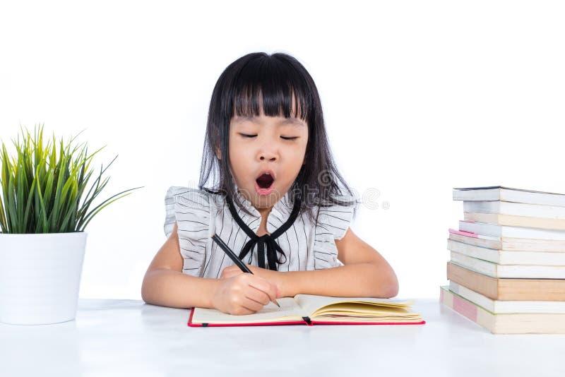 Boring Aziatische Chinees weinig bureaudame het schrijven boek royalty-vrije stock afbeeldingen