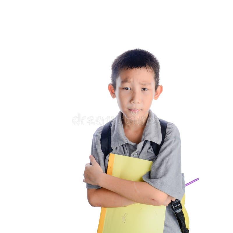 Boring schooljongen met rugzak en geïsoleerd boek stock fotografie