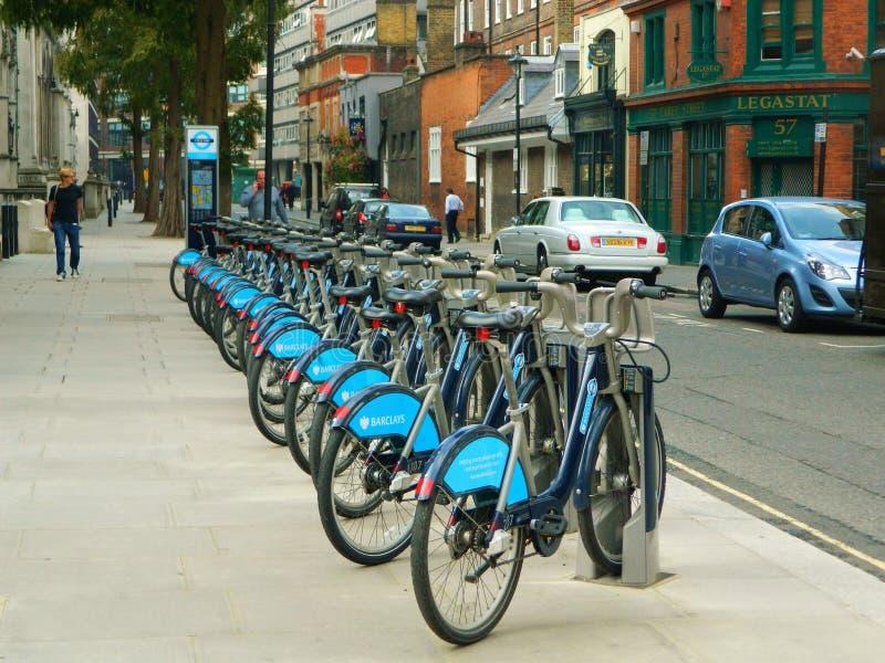 Boris Bikes voor Huur dichtbij Soho in Londen het UK stock foto