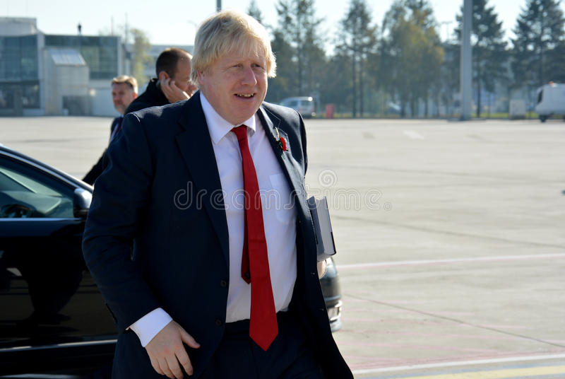 Boris Johnson utrikesminister med hans bok, den Churchill faktorn royaltyfri fotografi