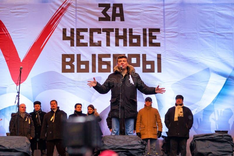 Boris Nemtsov spricht an Antiputin-Sammlung in Moskau stockbilder