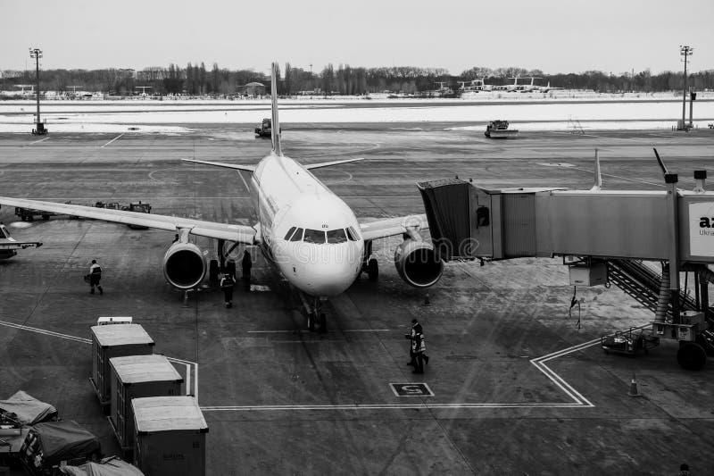 Borispol, Ukraina - 9 maja 2018: Landing Air Arabia Airbus A320-214 na pasie startowym Międzynarodowego Portu Lotniczego Borispol fotografia stock