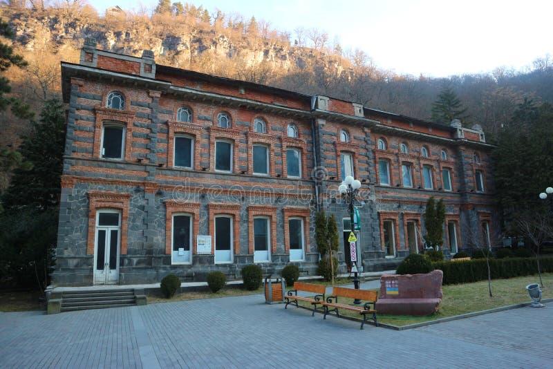 Borjomi, Geórgia, o 28 de fevereiro de 2018: Primeira fábrica de engarrafamento da água mineral famosa de Borjomi fotos de stock