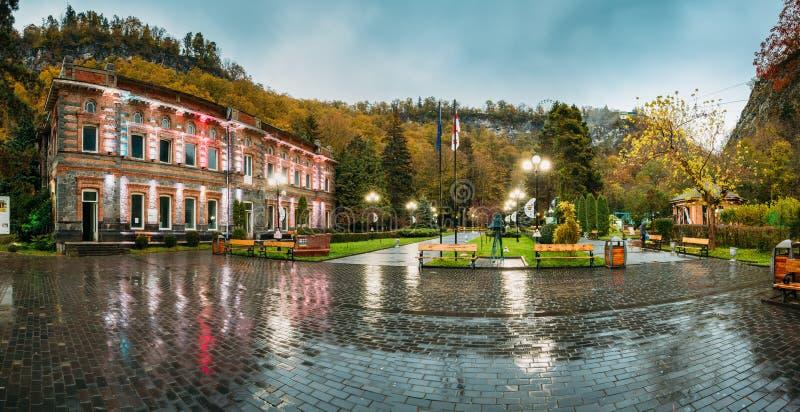 Borjomi, samtskhe-Javakheti, Γεωργία Το διάσημο τοπικό ορόσημο είναι πάρκο πόλεων στο βράδυ Οκτωβρίου φθινοπώρου στοκ φωτογραφίες