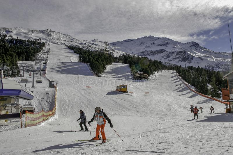 Bormio, Italia - 31 de enero de 2005: Cuesta del esquí en Bormio con el esquiador imágenes de archivo libres de regalías