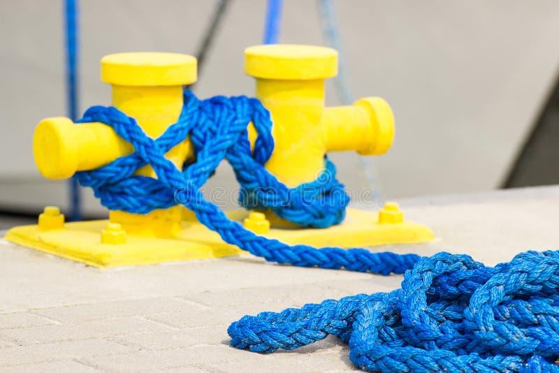 Borne bleue de corde et d'amarrage dans le port, parties de port maritime et yacht photo stock