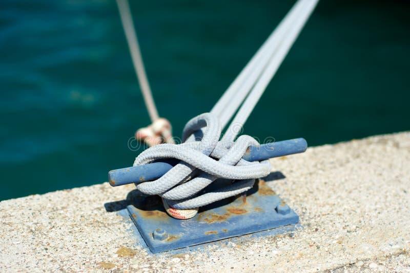 Borne d'amarrage avec la corde attachée à elle photos libres de droits