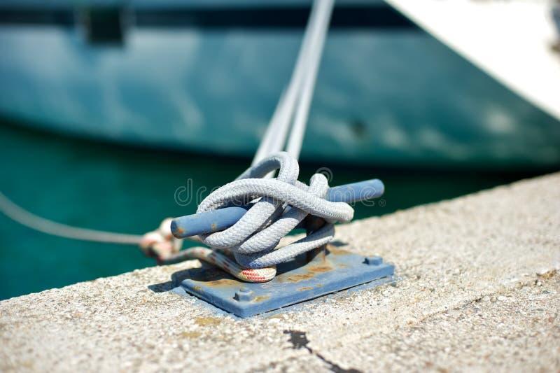 Borne d'amarrage avec la corde attachée à elle photo libre de droits
