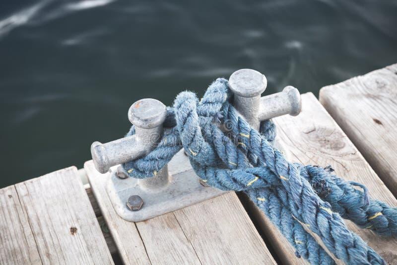 Borne d'amarrage avec la corde bleue attachée photos libres de droits