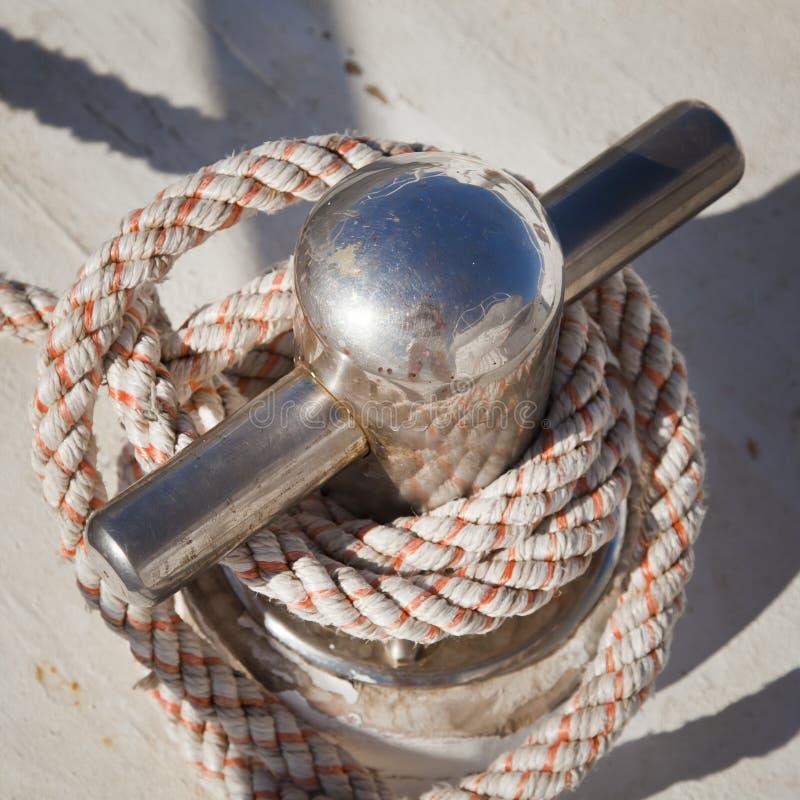 Borne d'amarrage avec la corde nautique photo libre de droits