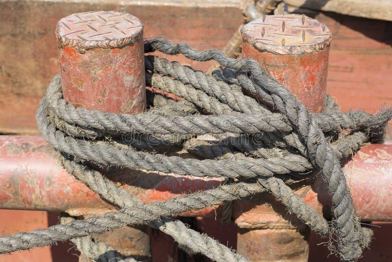 Borne d'amarrage avec la corde sur la jetée par la mer photos libres de droits