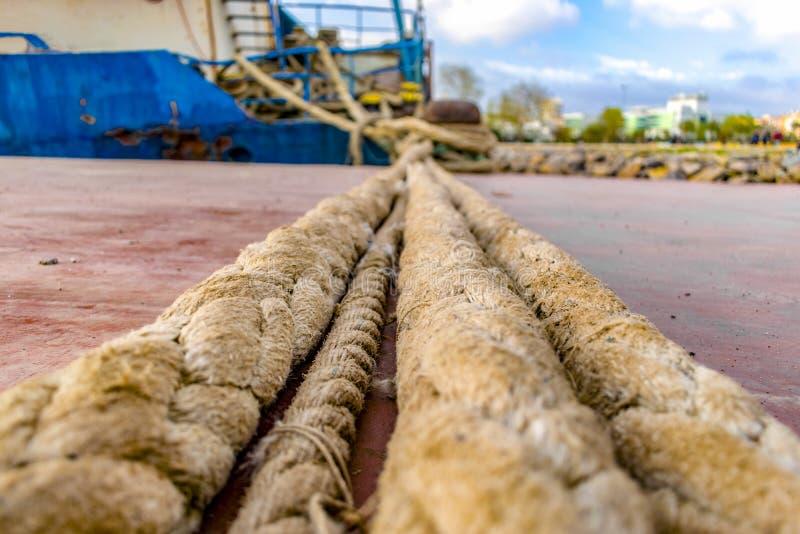 Borne d'amarrage avec la vieille corde portée de bateau photos stock