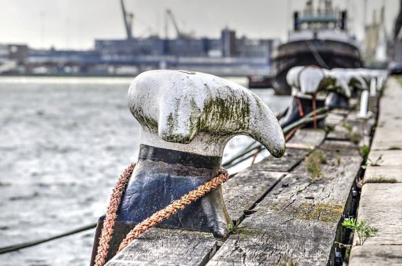 Borne d'amarrage dans le port de Rotterdam image libre de droits