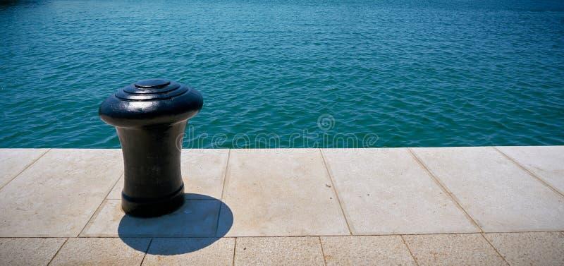 Borne dans le port du Pula en Croatie photographie stock libre de droits