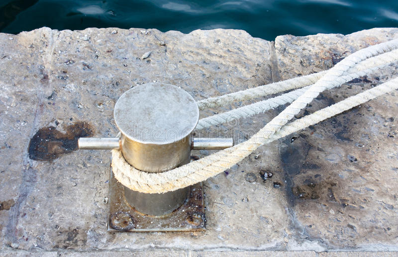 Borne de dock sur le pilier en pierre photo stock