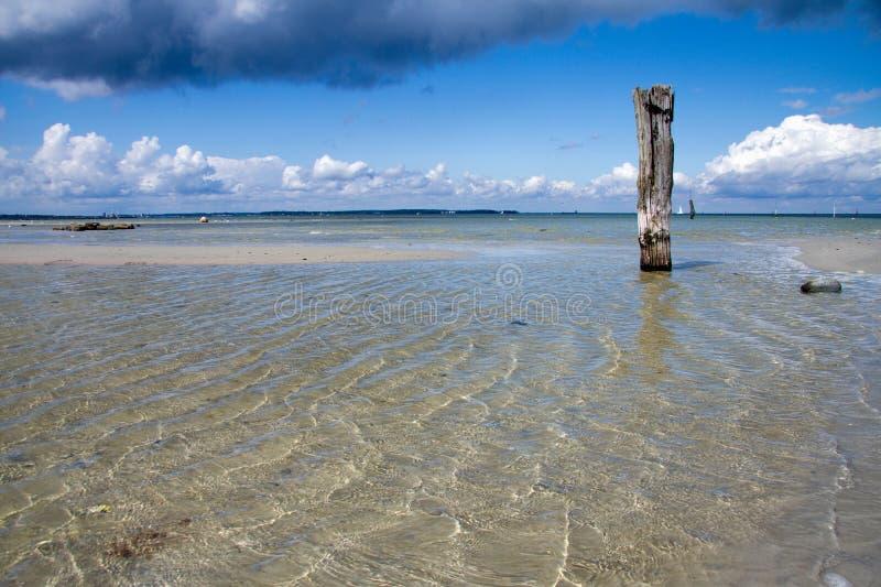 Borne de madeira velho no mar fotografia de stock royalty free