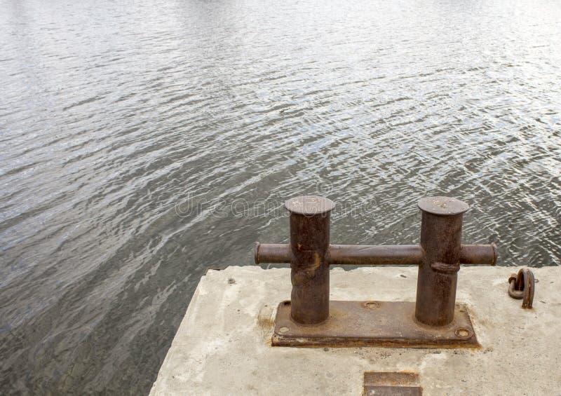Borne de rivière Endroit pour amarrer des navires photographie stock libre de droits