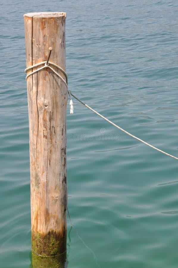 Borne en bois simple avec la corde photos libres de droits