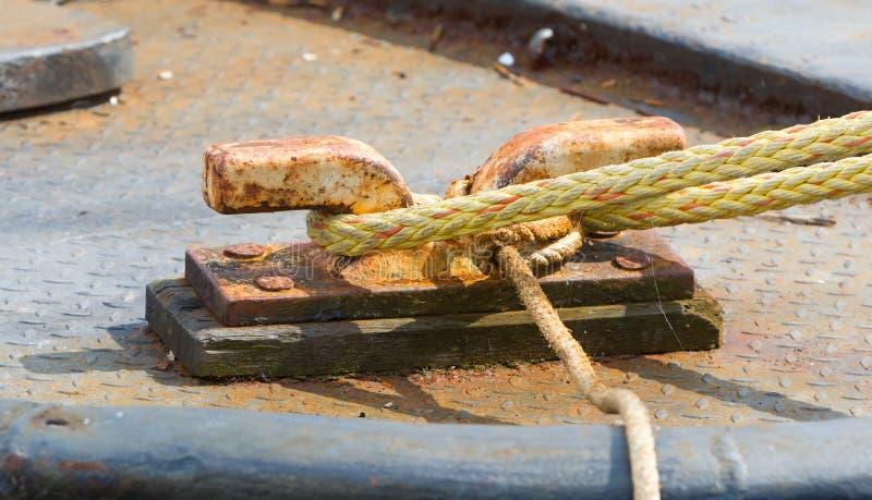 Borne en métal avec des cordes images libres de droits