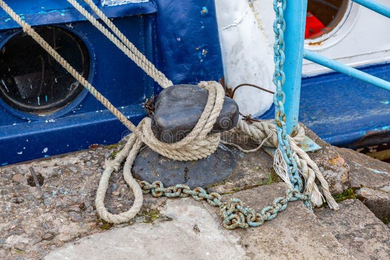 Borne en métal d'amarrage avec une corde fixe image stock