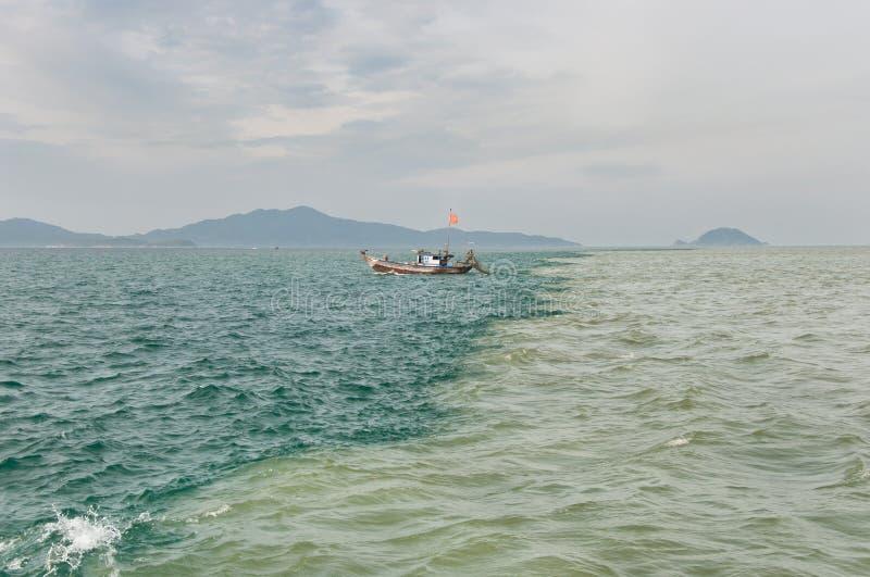 Borne entre la mer et le fleuve photo stock