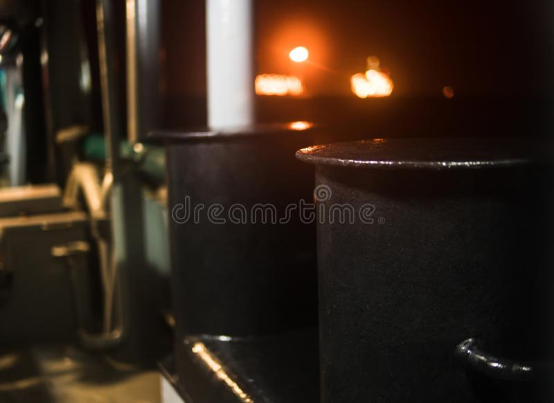 Borne métallique d'amarrage par nuit à bord de navire photo stock