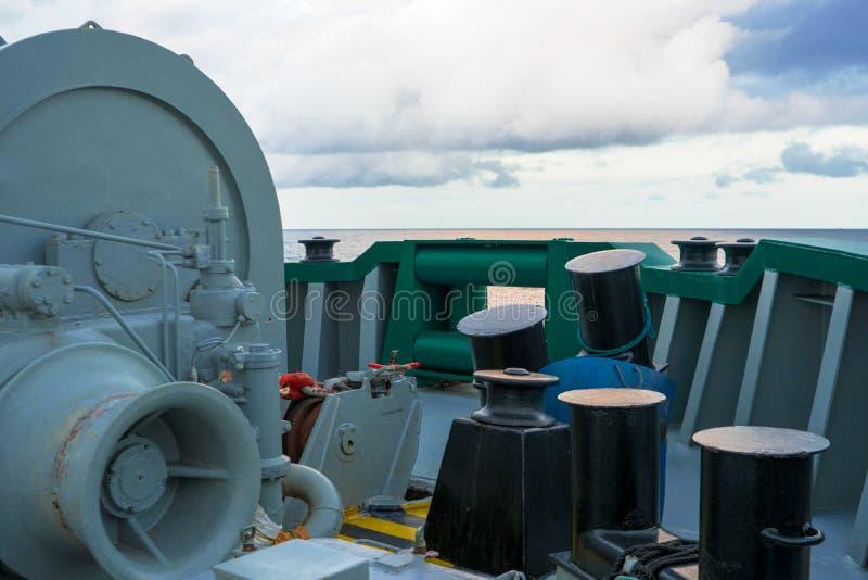 Borne métallique d'amarrage par nuit à bord de navire photos libres de droits