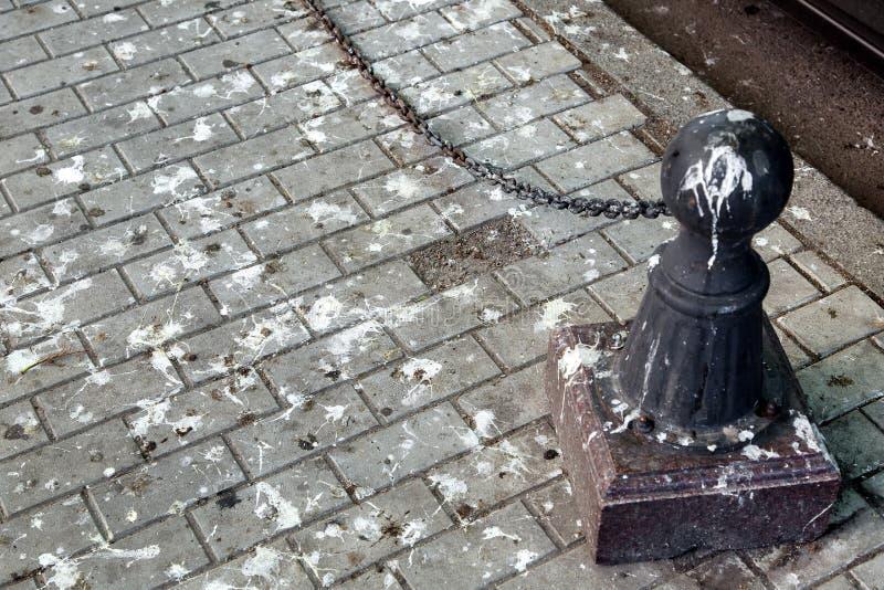Borne noire avec sale en crottes d'oiseau image libre de droits