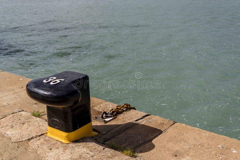 Borne numéro 36 dans le port de Huelva prêt à recevoir un amarrage photographie stock