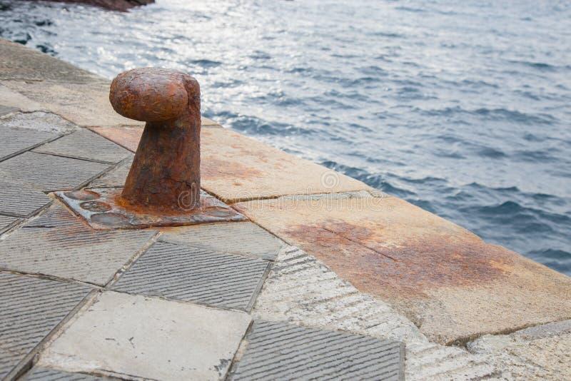 Borne pour l'amarrage des bateaux photos libres de droits