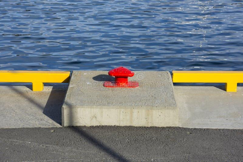 Borne rouge dans le port de Tromso images libres de droits