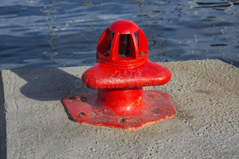 Borne rouge dans le port de Tromso photographie stock libre de droits