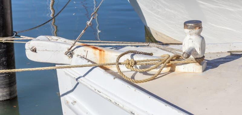Borne rouillée d'amarrage en métal avec la corde fixe sur le pilier images stock