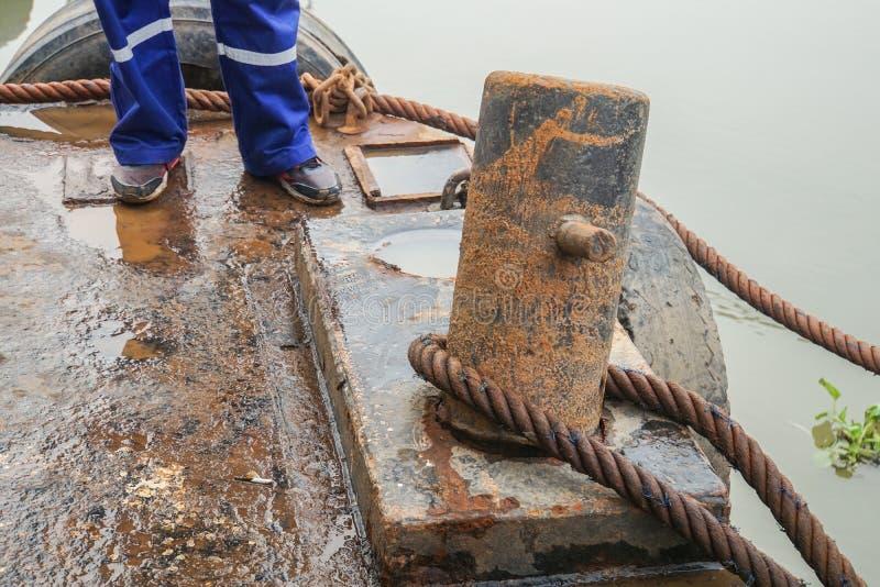Borne rouillée de péniche avec la corde sous l'inspection de dommages de l'ingénieur technique photo stock