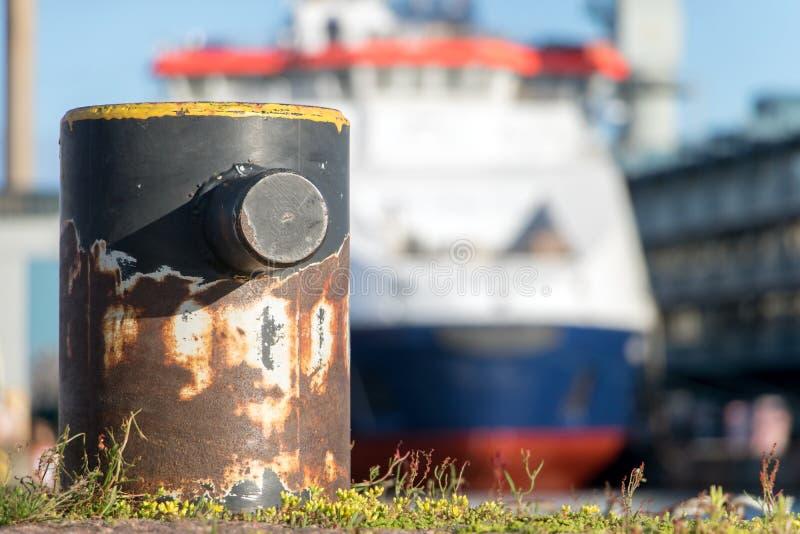 Borne vide dans le port avec la croisière photographie stock libre de droits