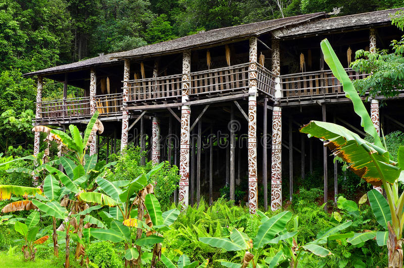 Borneo sarawak stam- longhousearkitektur arkivfoto
