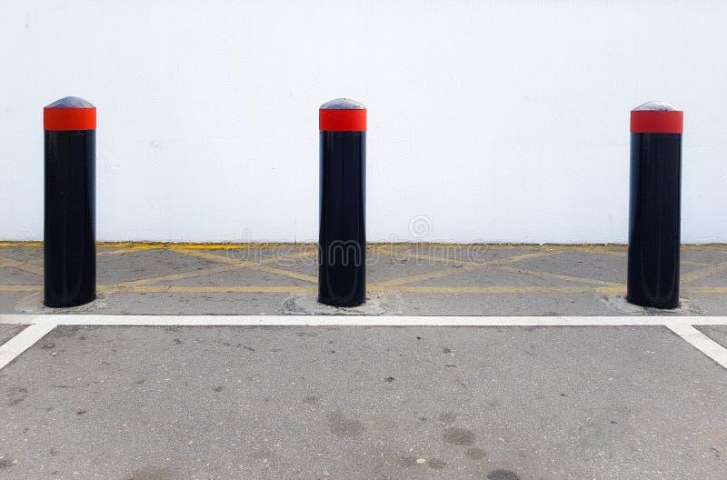 Bornes concrètes de sécurité, glissières de sécurité de véhicule dans un parking photos stock