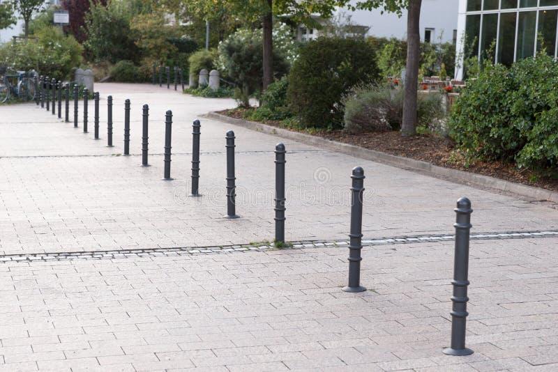 Bornes faites de métal sur une promenade photographie stock libre de droits