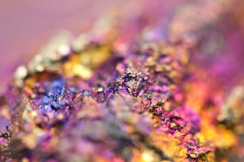 Bornit kruszec krystalizuje kopalinę swój zamazany naturalny tło obrazy royalty free