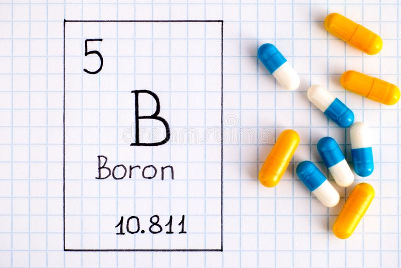 Boro B do elemento químico da escrita com comprimidos imagens de stock royalty free