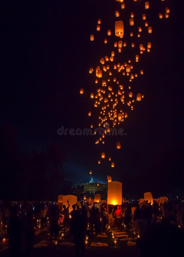 BOROBUDUR, στις 29 Μαΐου 2018: Χιλιάδες φανάρια που απελευθερώνονται στο νυχτερινό ουρανό από τους Βουδιστές στο ναό Borobudur ως στοκ εικόνα