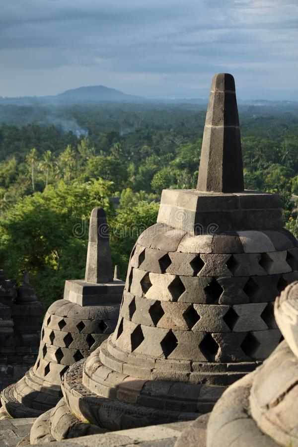 Borobudur на сумраке с закоптелым фоном леса и холмов стоковые фото