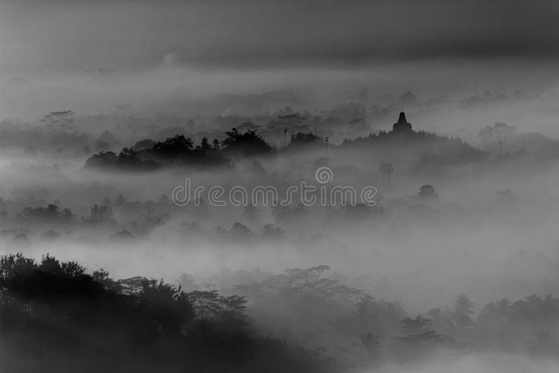 Borobudur-Landschaft am nebeligen Morgen stockfotos