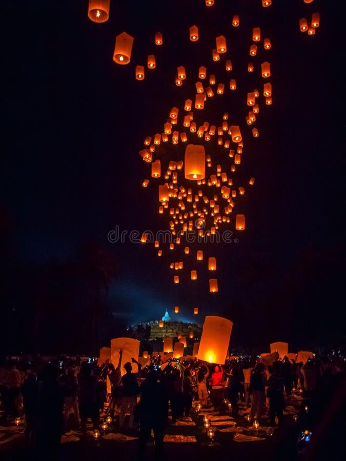 BOROBUDUR, le 29 mai 2018 : Lanternes de vol rougeoyant vers le haut de la nuit s photos stock
