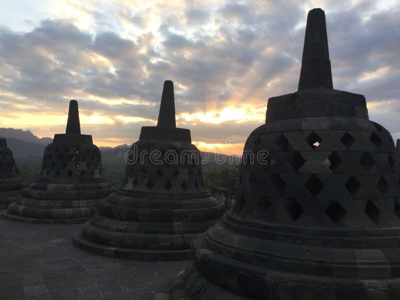 Borobudur Stupas Tempio buddista al tramonto Vicino a Yogyakarta su Java Island, l'Indonesia fotografia stock libera da diritti
