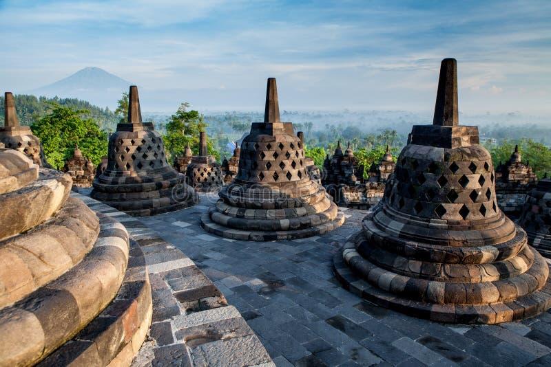 Borobudur-Tempel auf die Oberseite bei Sonnenaufgang lizenzfreie stockfotos