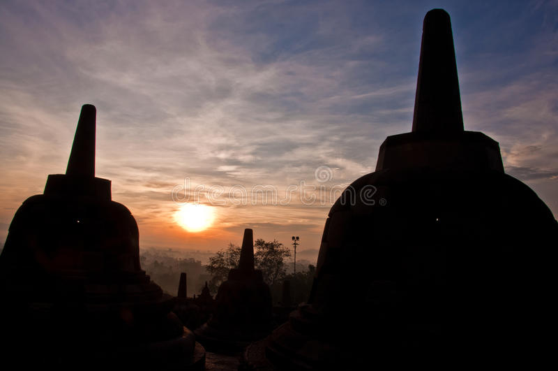 Borobudur-Tempel bei Sonnenaufgang lizenzfreie stockbilder